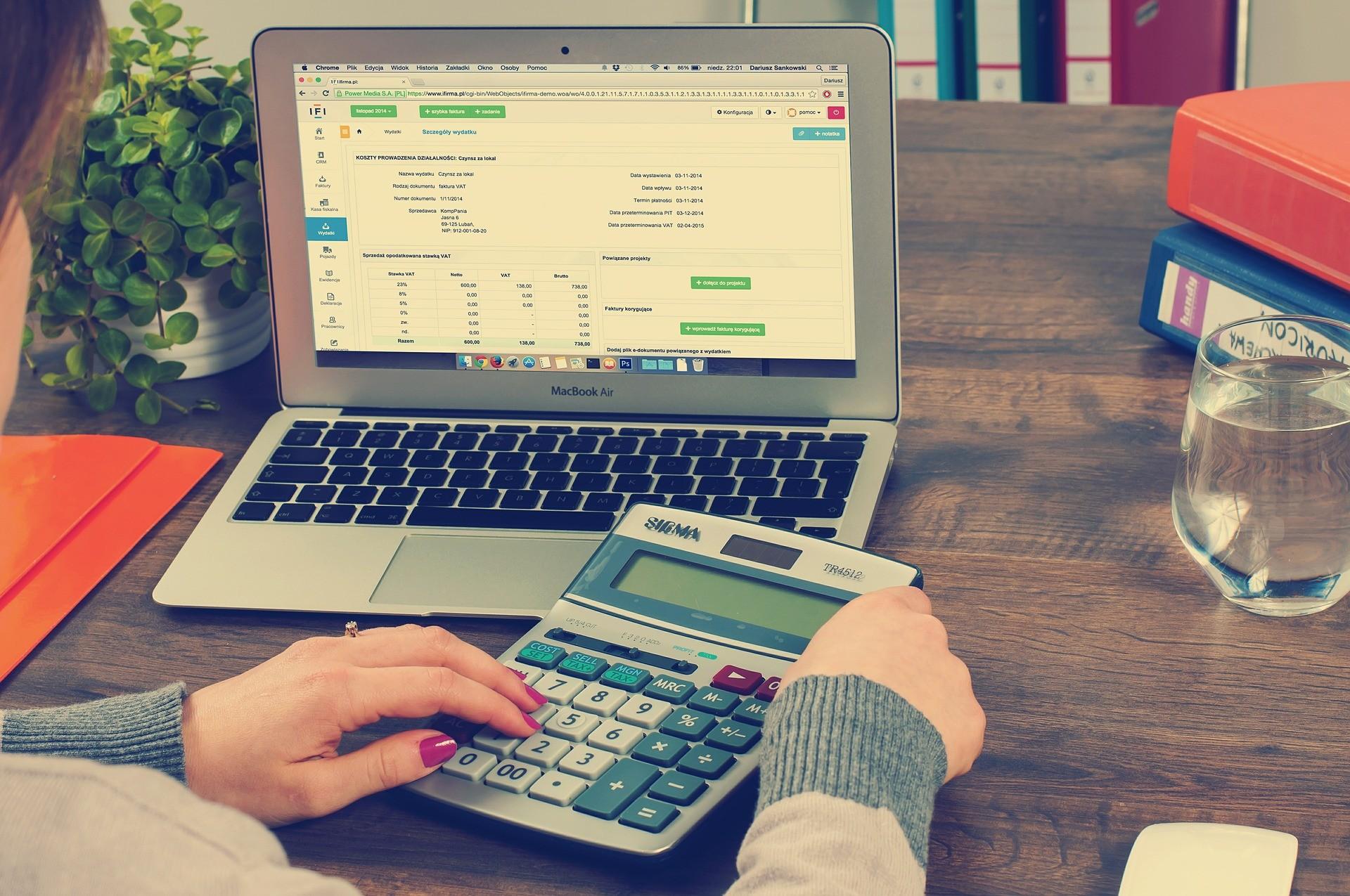 Trabajadora gestionando facturas con ayuda de un programa de contabilidad