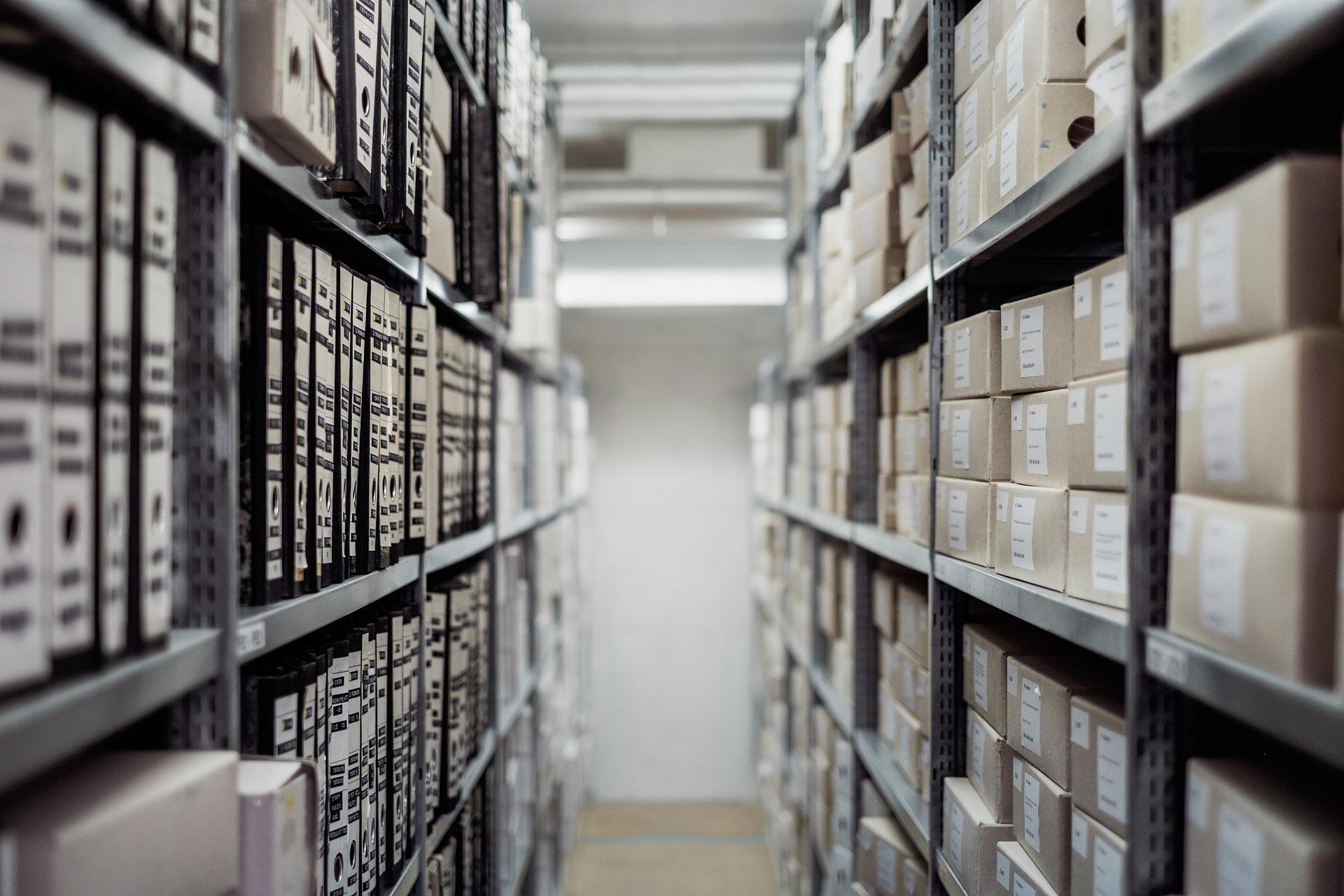 Estanterías de un archivo histórico